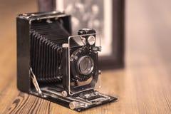 Imagen ascendente cercana de la cámara polvorienta del viejo vintage con vieja imagen en el fondo borroso, foco selectivo fotografía de archivo