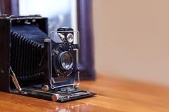 Imagen ascendente cercana de la cámara polvorienta del viejo vintage con la vieja imagen en el fondo borroso, foco selectivo imagenes de archivo