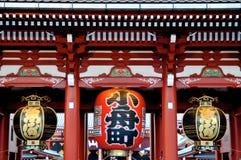 Imagen ascendente cercana de la linterna roja enorme en la puerta de Kaminarimon en el templo de Senso-ji en Tokio fotos de archivo