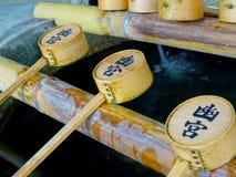 Imagen ascendente cercana de un poco de cucharón japonesa típica del templo imagen de archivo libre de regalías