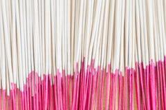 Imagen ascendente del cierre del uso de los palillos del incienso para la adoración en el budismo a Imágenes de archivo libres de regalías
