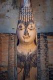 Imagen asentada de Buda en el templo de Wat Si Chum en el parque histórico de Sukhothai, un sitio del patrimonio mundial de la UN Fotografía de archivo libre de regalías