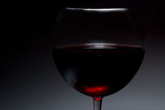 Imagen atmosférica oscura del vino rojo en un vidrio Fotografía de archivo libre de regalías