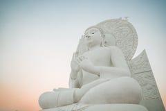 Imagen blanca grande de Buda en Saraburi, Tailandia imagen de archivo