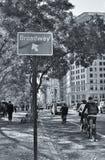 Imagen blanca negra de New York City de las bicis que montan de la gente y conmutar para trabajar en las bicis de Citi fotografía de archivo