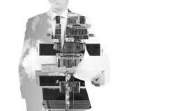 Imagen blanco y negro abstracta de las siluetas del hombre de negocios transparente Paisaje urbano de Nueva York Foto de archivo