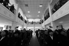Imagen blanco y negro de la atención de la iglesia de los creyentes Fotos de archivo