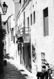 Imagen blanco y negro de la calle estrecha en Marbella, España Foto de archivo