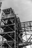 Imagen blanco y negro de la estructura del metal de una fábrica abandonada foto de archivo libre de regalías