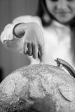 Imagen blanco y negro de la muchacha linda que señala con el finger en la tierra Fotos de archivo