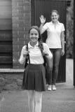 Imagen blanco y negro de la muchacha sonriente hermosa en el st de la colegiala Imágenes de archivo libres de regalías