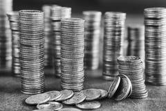 Imagen blanco y negro de las pilas de las monedas Fotos de archivo