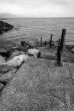 Imagen blanco y negro de los pasos que llevan abajo en el mar y el leadi Fotos de archivo