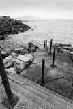 Imagen blanco y negro de los pasos que llevan abajo en el mar y el leadi Imagen de archivo