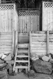 Imagen blanco y negro de pasos de madera y de la cerca imágenes de archivo libres de regalías