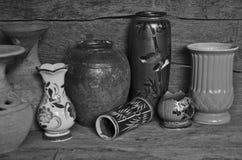 Imagen blanco y negro de tarros viejos Imagenes de archivo