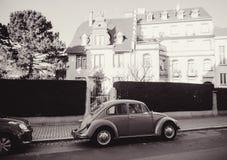 Imagen blanco y negro de un coche de Volkswagen Beetle del vintage en Fotografía de archivo libre de regalías