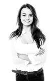 Imagen blanco y negro de una muchacha de moda con los brazos doblados Fotografía de archivo libre de regalías