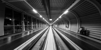 Imagen blanco y negro del drama dentro del aeropuerto Schiphol de Amsterdam imágenes de archivo libres de regalías