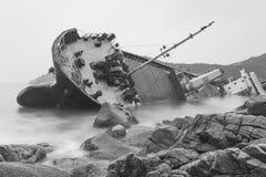 Imagen blanco y negro del paisaje marino de una nave abandonada Foto de archivo