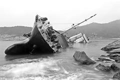 Imagen blanco y negro del paisaje marino de una nave abandonada Fotos de archivo libres de regalías
