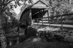 Imagen blanco y negro del puente cubierto jorobado histórico foto de archivo