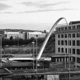 Imagen blanco y negro del puente del milenio y de los alrededores imagen de archivo libre de regalías