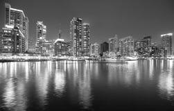 Imagen blanco y negro del puerto deportivo en la noche, UAE de Dubai foto de archivo
