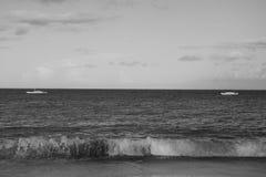 Imagen blanco y negro hermosa de olas oceánicas con dos barcos Fotografía de archivo libre de regalías