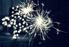 Imagen blanco y negro, ` s Eve, luces de Bengala, fondo colorido del Año Nuevo Fotos de archivo libres de regalías