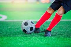 Imagen borrosa de la bola del lanzamiento del jugador de fútbol Imagenes de archivo
