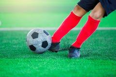 Imagen borrosa de la bola del lanzamiento del jugador de fútbol Imagen de archivo libre de regalías