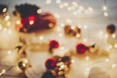 Imagen borrosa de la Navidad luces calientes y ornamentos simples y ch Imagen de archivo
