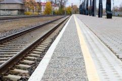 Imagen borrosa de la plataforma de la pista ferroviaria y del carril Imagen de archivo libre de regalías