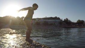 Imagen borrosa de un muchacho que está saltando al mar del embarcadero metrajes