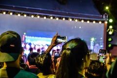Imagen borrosa - la gente toma una imagen con su smartphone en los funcionamientos vivos de Pong Lang en la noche en Bangkok, Tai fotos de archivo libres de regalías