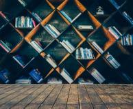 Imagen borrosa muchos libros viejos en el estante en biblioteca Imagen de archivo