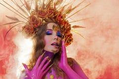 Imagen brillante de Halloween, estilo mexicano con los cráneos del azúcar en cara Piel rosada brillante de la mujer hermosa joven fotografía de archivo libre de regalías