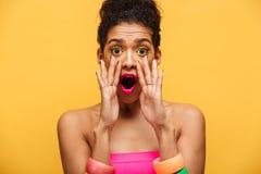 Imagen brillante de la mujer afroamericana elegante emocionada emocional Fotos de archivo libres de regalías