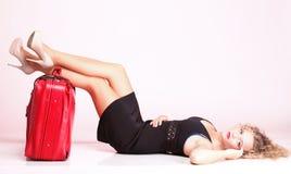 Imagen brillante de la mujer preciosa con la maleta Imagenes de archivo