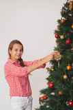 Imagen brillante de la Navidad de adornamiento de la muchacha adolescente Fotos de archivo libres de regalías
