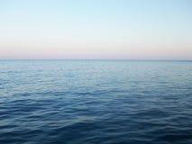 Imagen brillante de las ondas del mar fotos de archivo