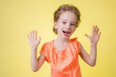 Imagen brillante del adolescente feliz que muestra sus palmas Fotografía de archivo libre de regalías