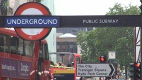 Imagen céntrica de la ciudad con tráfico rojo del autobús del autobús de dos pisos y de coche de las calles de Londres
