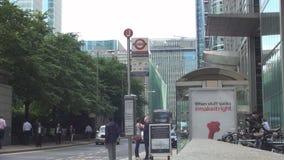 Imagen céntrica de Londres con tráfico de coche y un término de autobuses en centro de ciudad