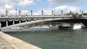 Imagen céntrica de París con el puente sobre la navegación de los barcos de río Sena y de turistas