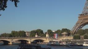 Imagen céntrica de París con la torre Eiffel río Sena y el tráfico del barco turístico