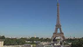 Imagen céntrica de París con la torre Eiffel un símbolo grande del turismo