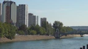 Imagen céntrica de París con los edificios modernos y el puente ferroviario sobre río Sena