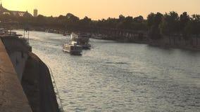 Imagen céntrica de París con río Sena y navegación de los barcos de turistas en arroyo